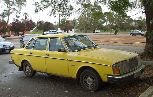 Volvo 264 GLE in yellow